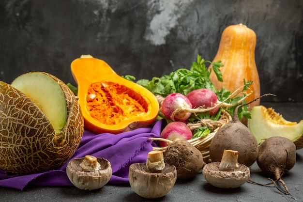 Vista frontal de calabaza fresca con rábano y verduras en la mesa oscura comida de color maduro