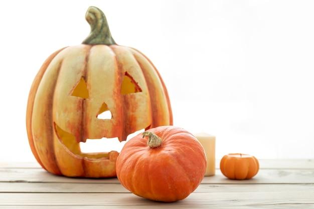 Vista frontal de calabazas listas para halloween