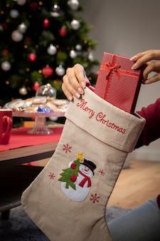Vista frontal de calcetines gigantes con regalos de navidad