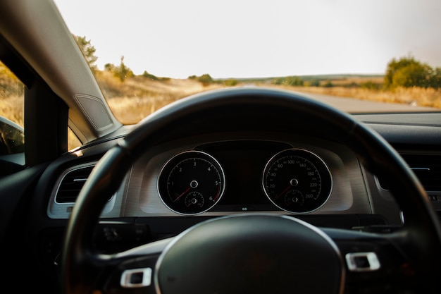 Vista frontal de una carretera desde el asiento del conductor