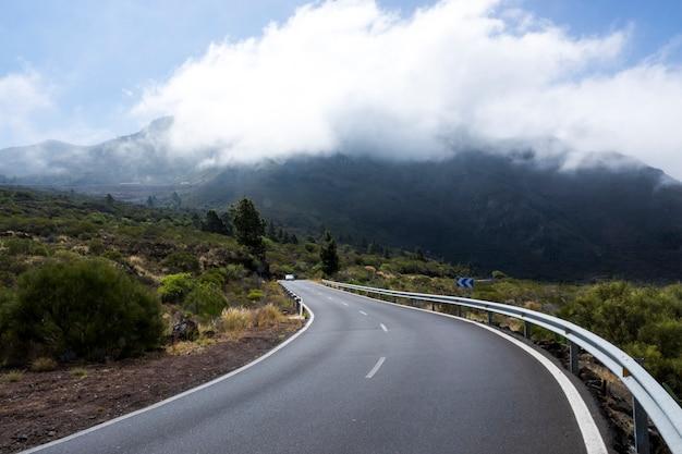 Vista frontal de una carretera vacía