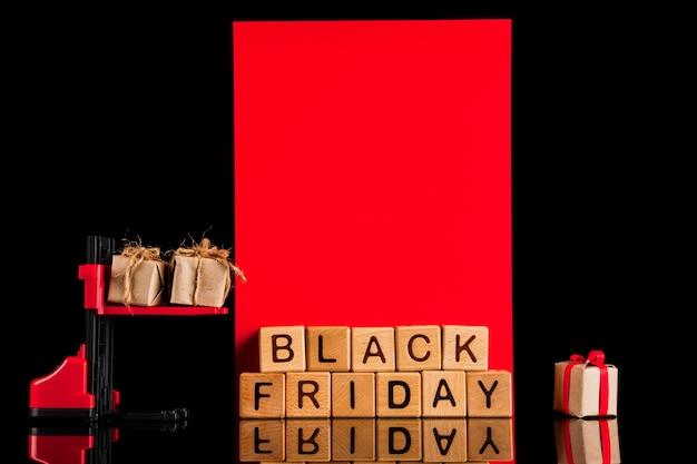 Vista frontal de la carretilla elevadora sobre fondo negro y rojo