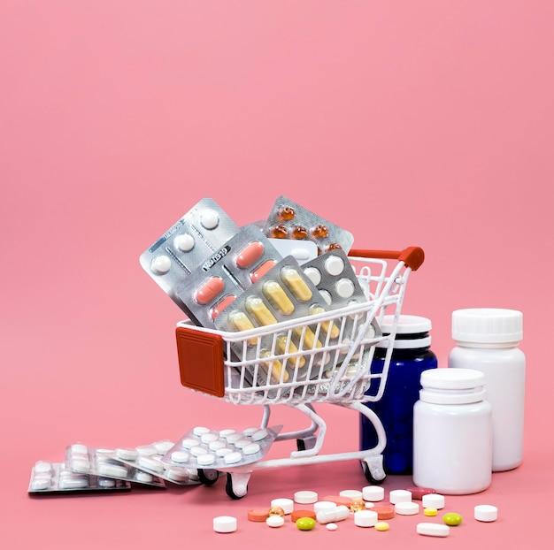 Vista frontal del carrito de compras con láminas y envases de pastillas
