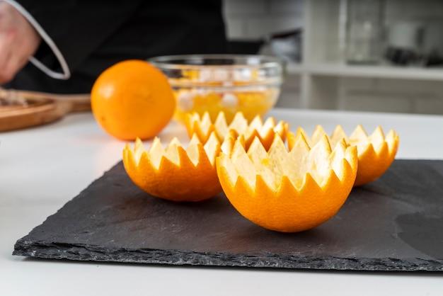 Vista frontal de la cáscara de naranja en pizarra