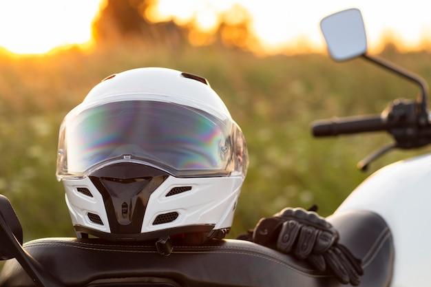 Vista frontal del casco de la motocicleta sentado en bicicleta