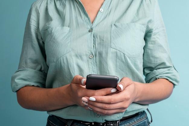 Vista frontal casual mujeres sosteniendo un teléfono