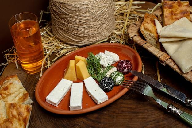 Una vista frontal de cerca queso en lonchas junto con trozos de pan