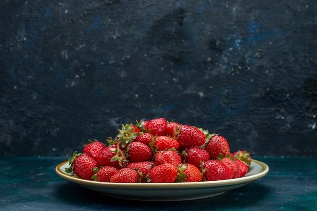 Vista frontal cercana fresas rojas frescas frutas suaves bayas dentro de la placa sobre el fondo azul oscuro baya verano suave