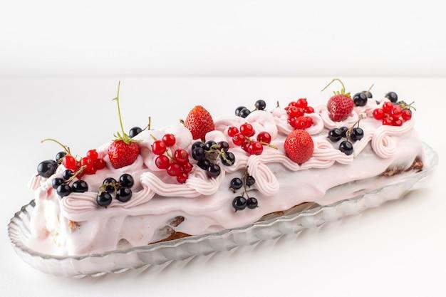 Vista frontal cercana pastel de crema con diferentes frutas en la superficie blanca superior