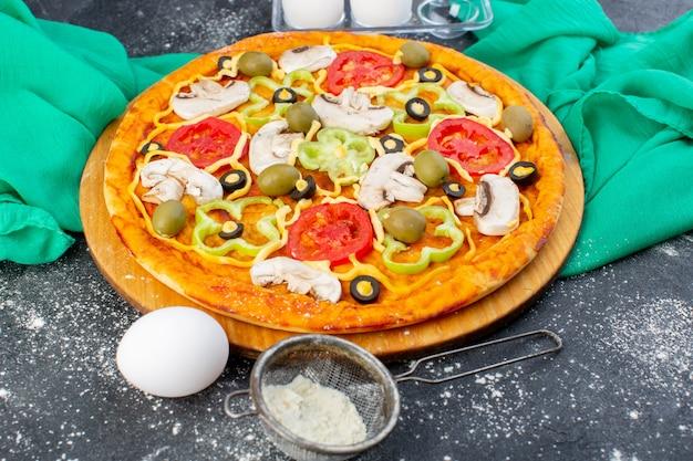 Vista frontal cercana pizza de champiñones con tomate y aceitunas