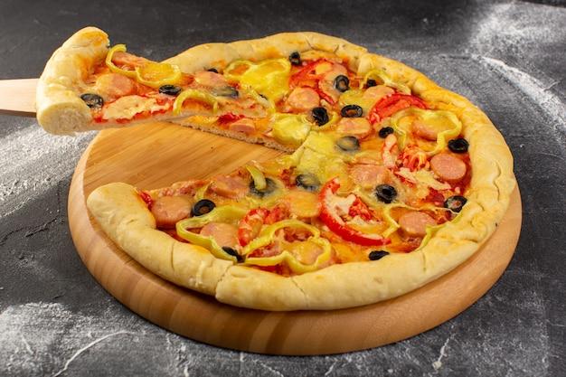 Vista frontal cercana pizza cursi con tomates rojos, aceitunas negras pimientos y salchichas en la superficie oscura
