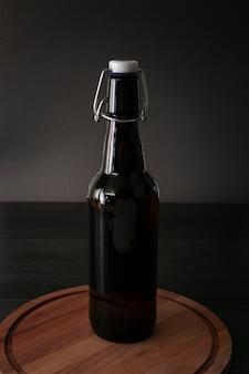 Vista frontal de cerveza en una tabla de madera