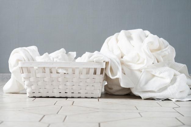 Vista frontal cesta de lavandería completa