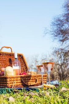 Vista frontal cesta de picnic sobre hierba