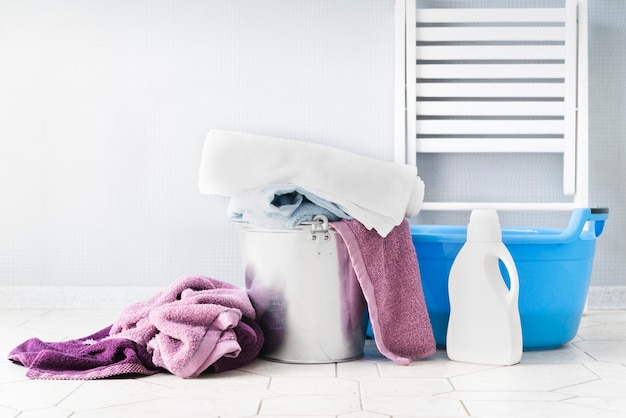 Vista frontal cestas de la ropa con detergente