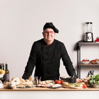 Vista frontal chef en cocina