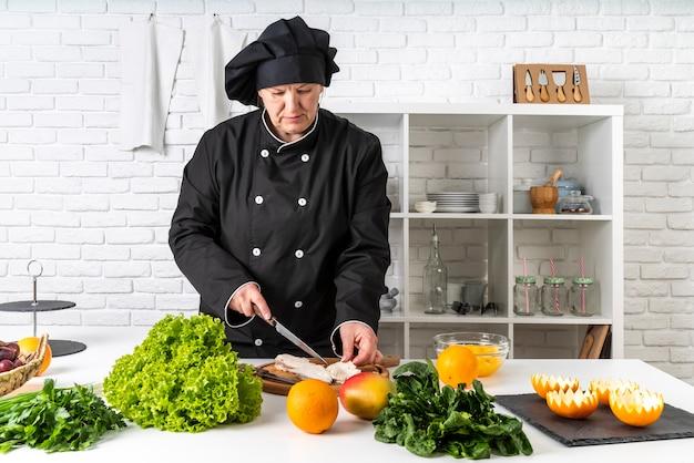 Vista frontal del chef en la cocina