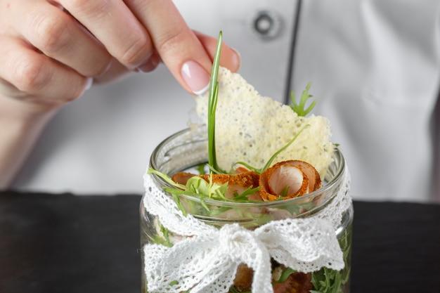 Vista frontal del chef con deliciosa comida
