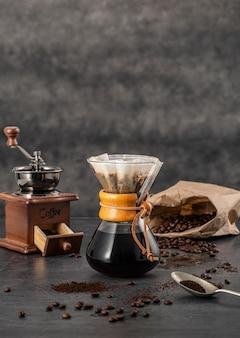 Vista frontal de chemex con café y espacio de copia