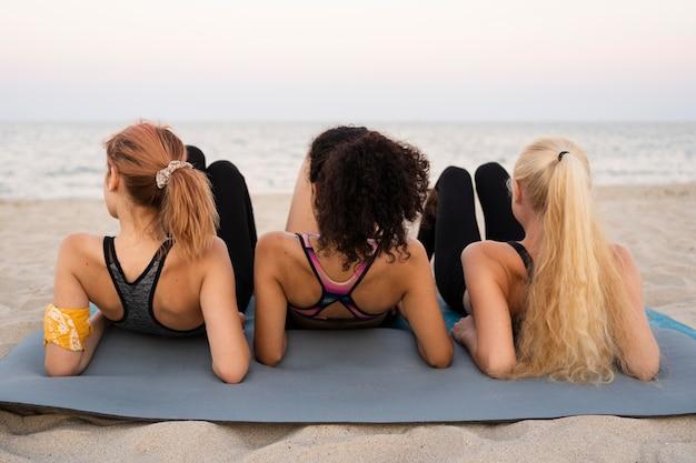 Vista frontal de chicas guapas en la playa