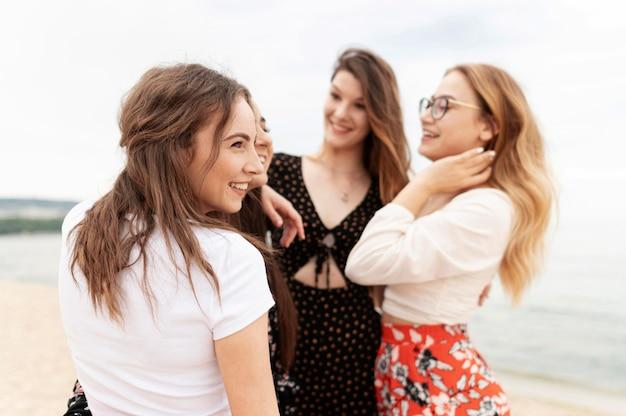 Vista frontal de chicas que pasan tiempo juntas