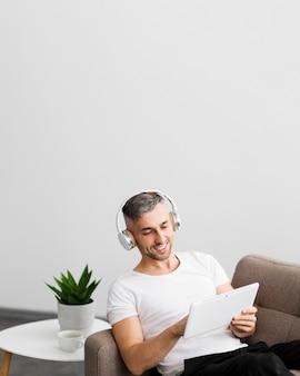 Vista frontal chico con auriculares y espacio de copia