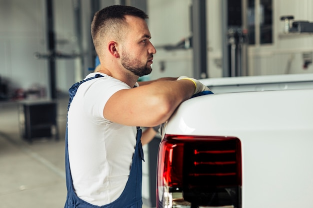 Vista frontal coche servicio trabajador masculino