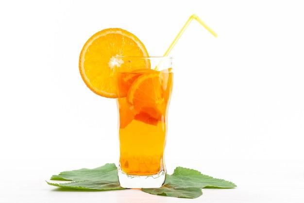 Una vista frontal de cóctel de frutas frescas con rodajas de fruta fresca enfriamiento con hielo en blanco, cóctel de jugo de bebida color de fruta