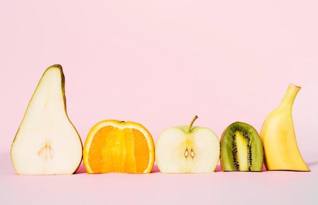 Vista frontal colección de frutas orgánicas.