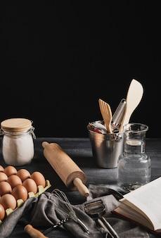 Vista frontal colección de utensilios de cocina.