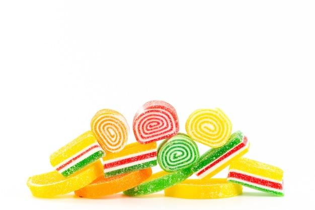 Una vista frontal de coloridas mermeladas dulces y pegajosas sobre blanco, confitura de azúcar dulce color