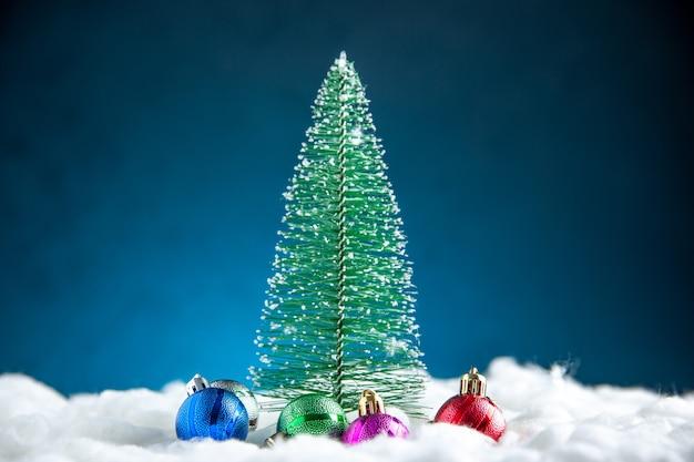 Vista frontal colorido pequeño árbol de navidad bolas de árbol de navidad