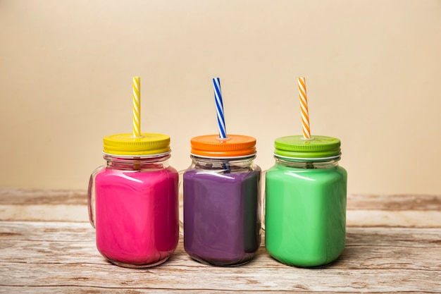 Vista frontal coloridos batidos en frascos