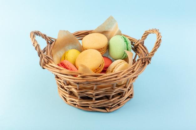 Una vista frontal de coloridos macarons franceses dentro de la canasta hornear