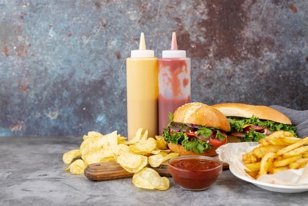 Vista frontal de comida rápida en la mesa