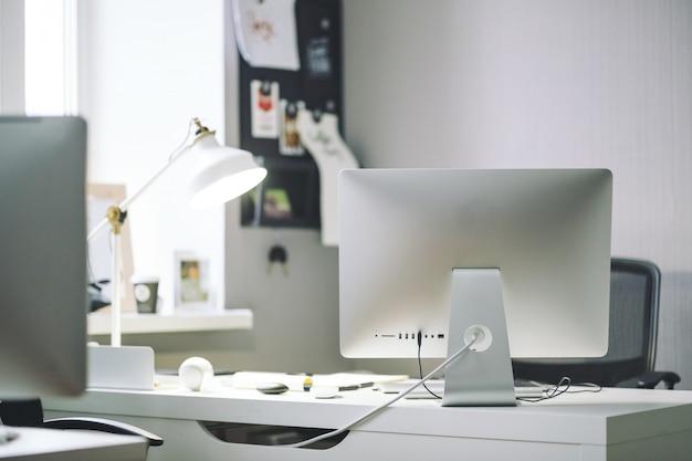 Vista frontal del cómodo lugar de trabajo en la oficina