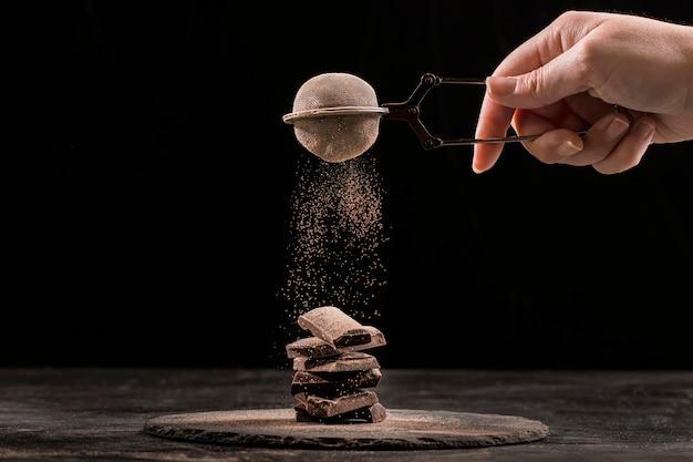 Vista frontal composición de chocolate dulce en tablero oscuro