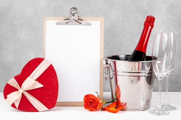 Vista frontal composición de san valentín con portapapeles vacío