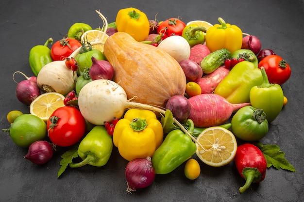 Vista frontal de la composición vegetal de verduras frescas con calabaza en la oscura vida sana de la planta de color maduro dieta comida ensalada de frutas