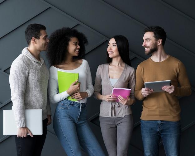 Vista frontal de la comunidad de jóvenes haciendo planes