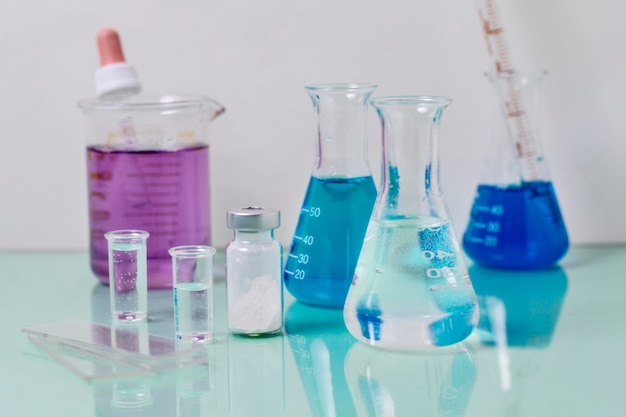 Vista frontal del concepto de ciencia frasco