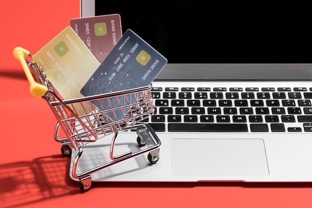 Vista frontal del concepto de compras en línea