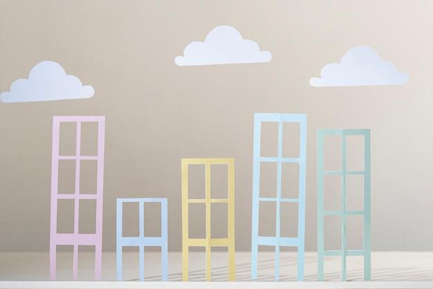Vista frontal del concepto de edificio y nubes de papel