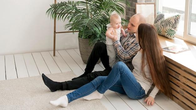 Vista frontal del concepto de familia feliz
