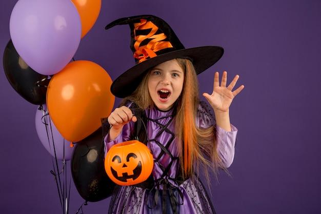 Vista frontal del concepto de halloween hermosa chica