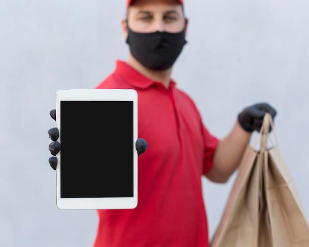 Vista frontal del concepto de hombre de entrega con espacio de copia