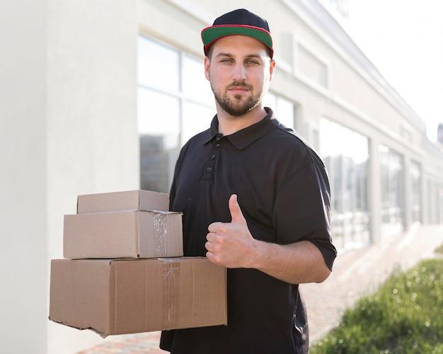 Vista frontal del concepto de hombre de entrega
