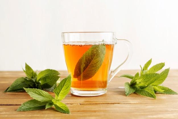 Vista frontal del concepto de té de hierbas en la mesa de madera