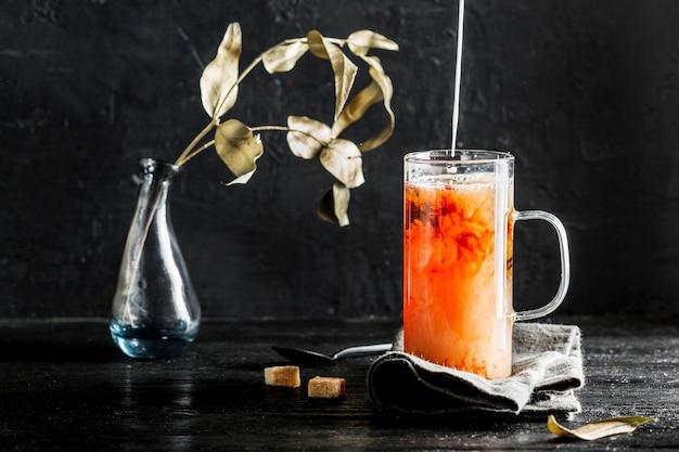 Vista frontal del concepto de té de hierbas