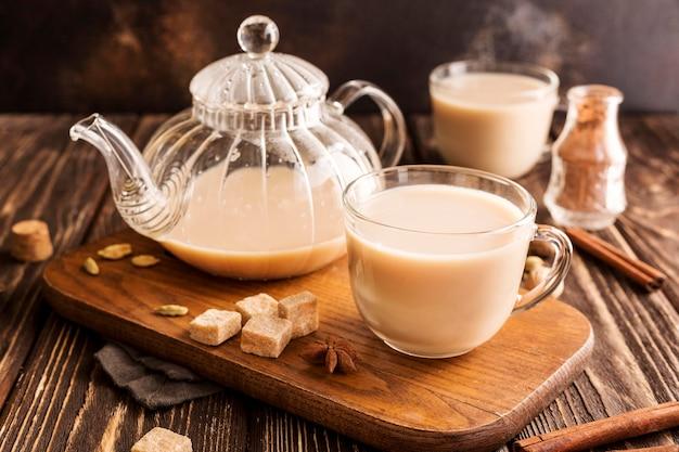 Vista frontal del concepto de té con leche con canela